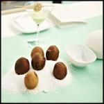 appel-walnoot balletje + yoghurt-mint dip en in donkere specerijen gekruide eieren